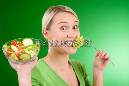 gesunder lebensstil frau die gemuesesalat