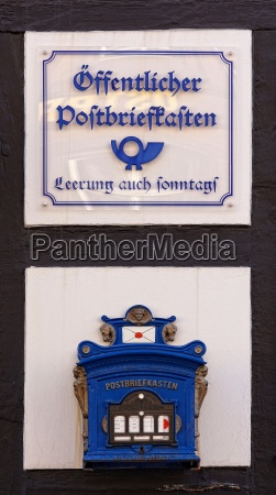 blauer briefkasten an hauswand