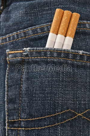 rueckansicht jeans mit 3 zigaretten