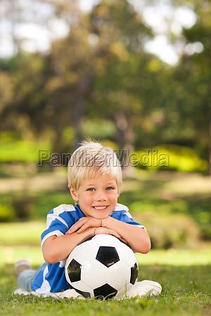 junge mit ball im park