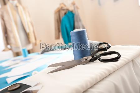 modedesigner studio mit professioneller ausstattung