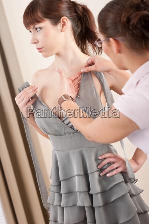 weibliche modedesigner pinning grau kleid auf