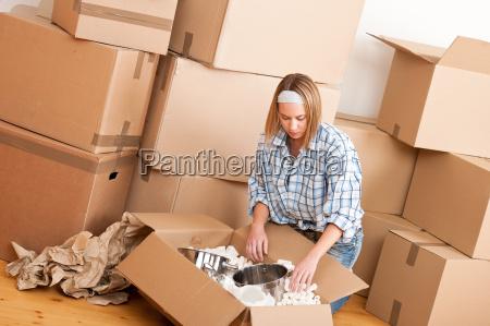 umzug happy woman auspacken feld