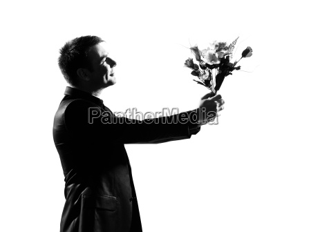 silhouette mann bietet blumen