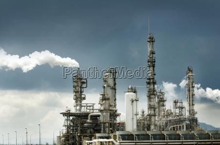 oel raffinerie mit rauch