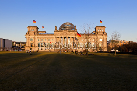 reichstag in berlin in the evening