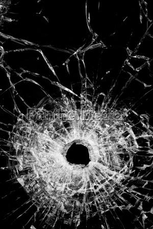zerbrochenes glas isoliert auf schwarz