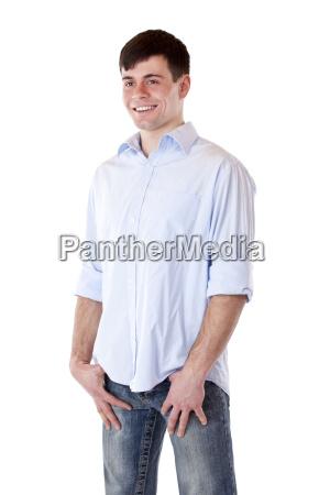 junger attraktiver mann steht laessig da