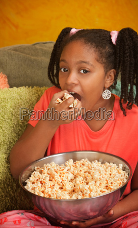 little girl isst popcorn