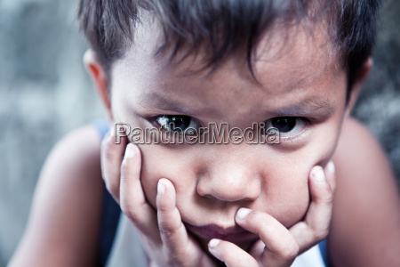 asiatischer junge portraet traurig mit