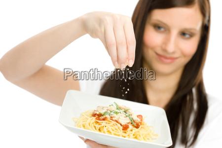 italienisches essen eine frau spaghetti