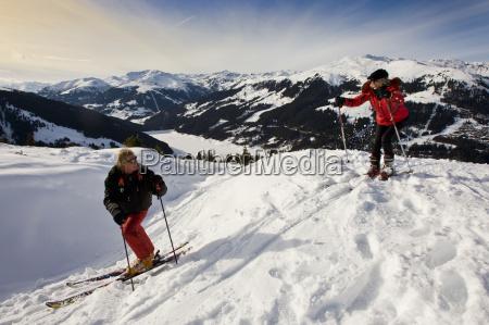 paar faehrt ski im hochgebierge