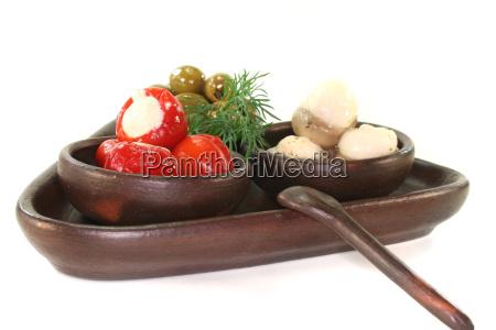 oliven gefuellte peperoni und champignons