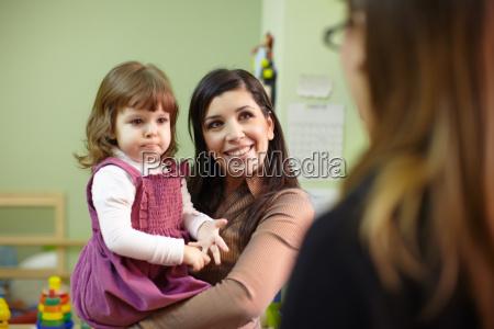 educator und mutter mit kleinen maedchen