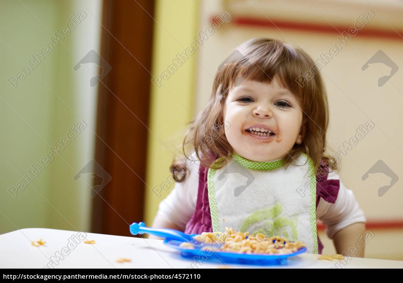 20b2981e46cdb9 Stock Photo 4572110 - kleines mädchen das mittagessen im kindergarten