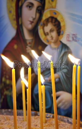 kerzen in einer christlich orthodoxen kirche