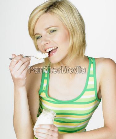 frau isst joghurt