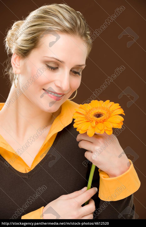 blumen-romantische, frau, halten, gerberagänseblümchens - 4612520