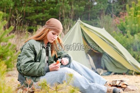 camping frau zelt natur geschnitten wurst