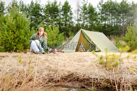 camping frau zelt essen feuer natur