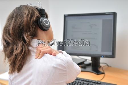 call center mitarbeiter mit nackenschmerzen