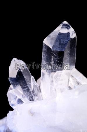 quarzkristalle auf schwarz