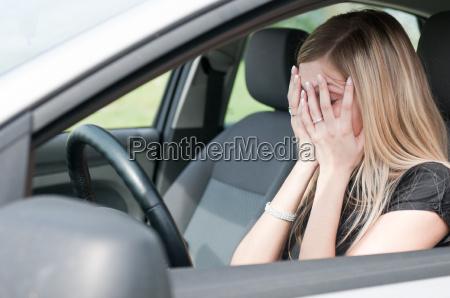 in schwierigkeiten unglueckliche frau im auto