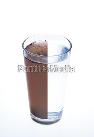 sauberes und schmutziges wasser in einem