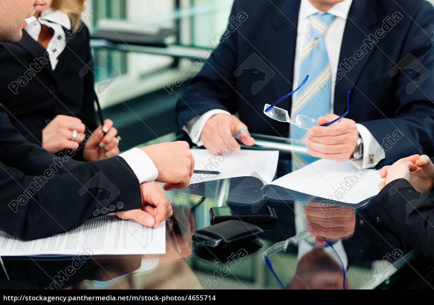 Business - Besprechung mit Arbeit am Vertrag - Stock Photo ...