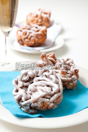 traditioneller finnischer maifeiertag trichter kuchen