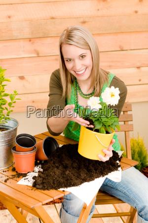 gardening frau pflanzung fruehlingsblume