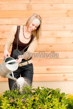 garten frau bewaesserung von pflanzen fruehjahr
