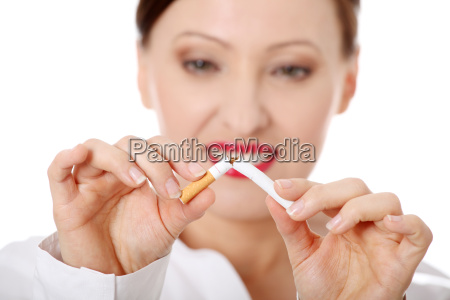 reife frau bricht zigarette