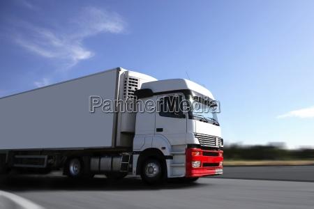 beschleunigen gelben lastwagen auf der autobahn