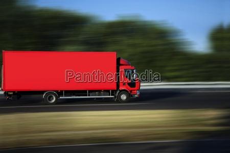 geschwindigkeitsgelber sattelschleponauf wagen autobahn