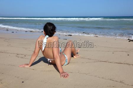 junge frau am strand fuerteventura