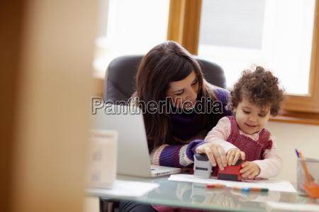 multitasking mutter mit ihrer tochter
