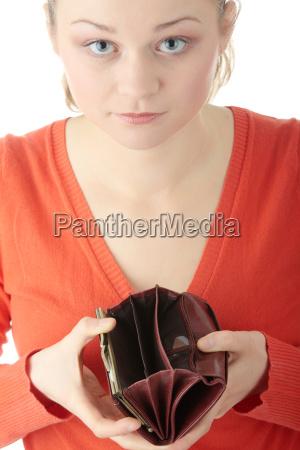 junge frau zeigt leere brieftasche