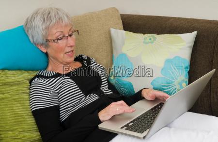aeltere frau auf einem laptop