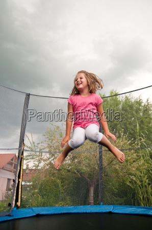 verspielt springen springend springt huepfen huepfend