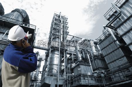 ingenieur bei der oelraffinerie zeigt
