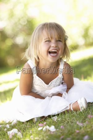 junges maedchen posiert im park