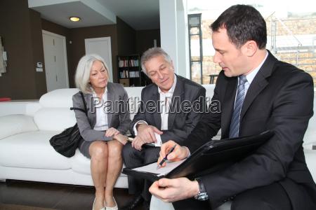aeltere paare finanzvertrag fuer immobilienkauf unterzeichnung