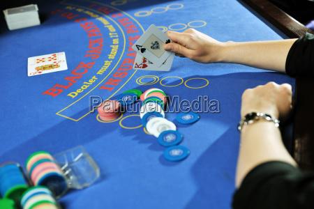 frau spielt black jack kartenspiel im