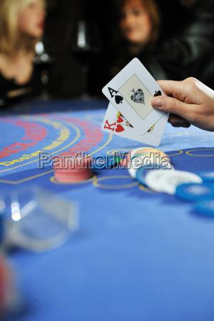 frau spielen black jack kartenspiel im