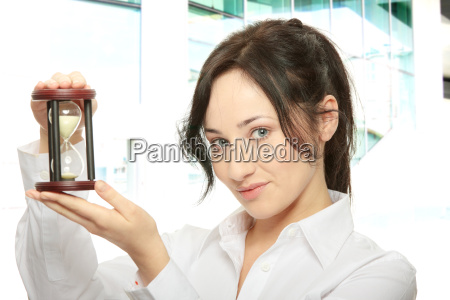 junge geschaeftsfrau mit hourglass