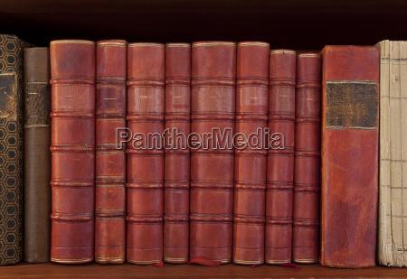 libros antiguos en una fila