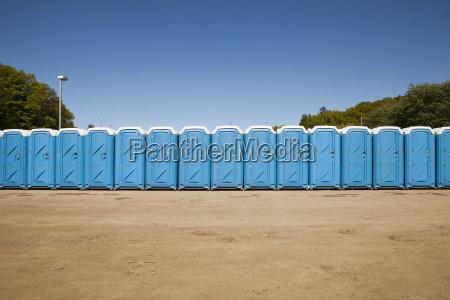 oeffentliche toiletten in einer reihe