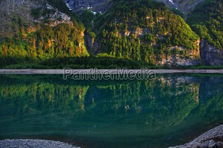 bergsee in der schweiz kloentalersee