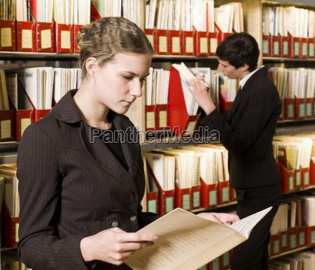 zwei frauen in einer bibliothek